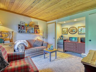 Cozy condo w/deck & shared pool/hot tub/sauna -walk to lifts/golf