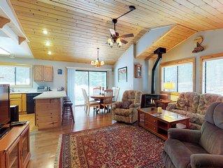 Cabin w/shared pool & hot tub, spacious deck, near golf/skiing