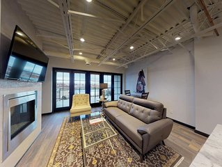 The Lincoln 502, 1 Bed / 1 Bath, Luxury Loft Style Condo  Just 1 Block to The PL