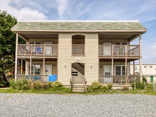 Cozy, dog-friendly beach condo w/ furnished deck & full kitchen