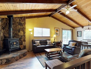 Cabin with shared pool, access to Blue Lake Springs, near hiking and dining