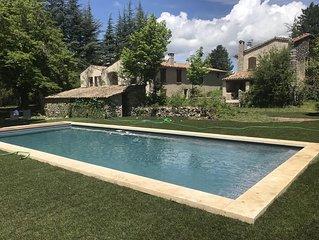 Maison ancienne entouree de 8 hectares de lavandes- piscine chauffee