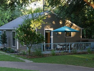 Retro Chic Full-Amenity Guest Home in Central Austin