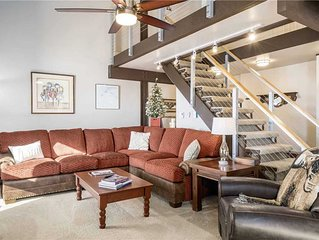 Spacious condo w/ incredible mountain view & shared hot tubs, fitness & shuttle