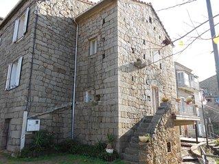 Maison forte ( tour du 16e s ) au coeur d'un village en corse du sud