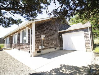 Best Nest, gated community, wood stove, easy walking distance to beach