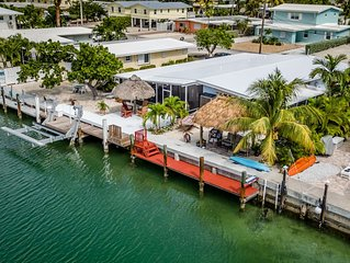 Southern Comfort! Canal front on 10th w/screened room,2 Kayaks& CABANA CLUB Incl
