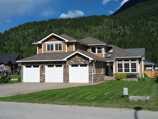 Luxurious Guest House - 2 Minutes From Revelstoke Mountain