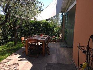 Una casa moderna con un giardino accogliente