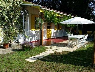 Petite maison dans parc avec grande piscine
