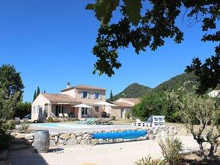 Confortable villa avec piscine au pied du village de Seguret
