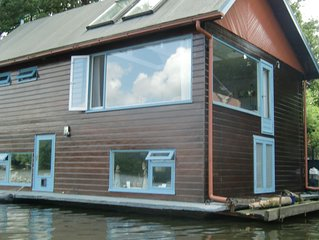 POETIC, COMFORTABLE, ENTIRE FAMILY HOUSEBOAT, GREEN AREA