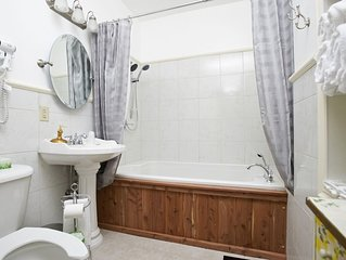 Right Downtown, Walk to Everything, Private Guest Suite w/ 2 Person Jacuzzi Tub