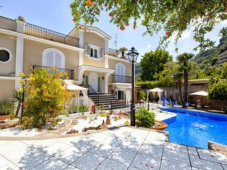 Lovely 6 bedrooms Villa with pool, located few minutes from Sorrento center