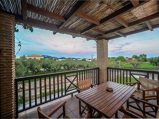 Appartamento su due livelli con travi a vista e terrazza con vista sul golfo.