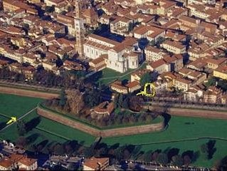 LUCCA CENTER, BRIGHT APARTMENT WITH ITS OWN GARDEN