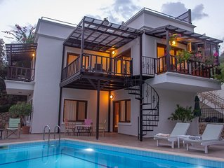 3 Bed/3 Bath Villa, Private Pool, Roof Top BBQ, 10 min walk to Old Town/Harbour