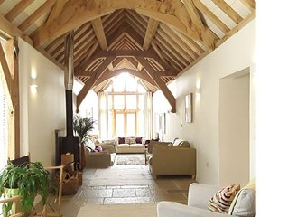 Spacious  barn conversion- sleeps 16- Ideal for Bath/Bristol.