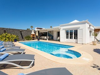 Villa Alki: Large Heated Private Pool, Walk to Beach, Sea Views, A/C, WiFi