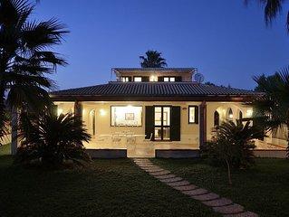 Villa con accesso diretto alla spiaggia di sabbia finissima, giardino e terrazze
