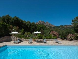 Villa avec piscine dans un village, superbe vue montagne, proximité mer