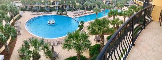 Blick auf den 8.000 m² großen tropischen Pool von Ihrem Balkon