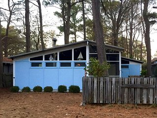 Perfect Vacation Getaway Cottage, 1-1/2 Blocks from the Beach!