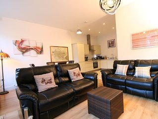 Modern city centre apartment close to Princes st and castle + free parking