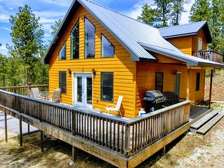 Diamond in the Pines: 3 private acres, large deck, amazing views, newly updated!