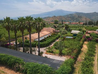 Taormina spectacular garden, 2 pools, wify, stunning view, beach 2 kms