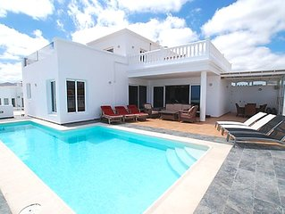 Villa Princessa Sue, Puerto del Calero, Stunning Villa with Hot-Tub and WiFi