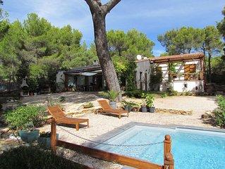 Belle villa avec piscine idealement situee, au calme et proche des plages.