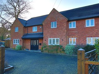 Spacious 5-Bedroom House with Pool Table, Outdoor Hot Tub and Play Area
