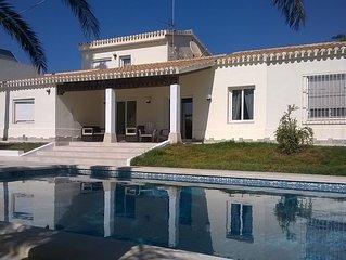 VILLA con piscina privada, wifi gratis y gran jardin a 20 metros de la playa