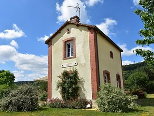 Comfortable, modern holiday home with nice garden and terrace near Crux-la-Ville