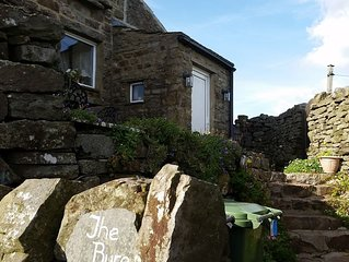 Outstanding views over Yorkshire Dales, gorgeous cosy cottage for 2