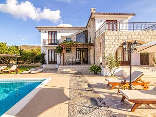 Villa Minoas: Large Private Pool, Walk to Beach, Sea Views, A/C, WiFi, Eco-Frien