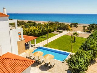 Villa Fotis: Large Private Pool, Walk to Beach, Sea Views, A/C, WiFi