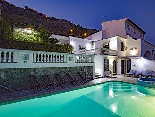Villa Elena è una prestigiosa ed esclusiva villa con una suggestiva vista mare.