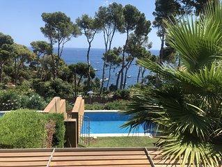Casa moderna con piscina privada en primera linia de mar