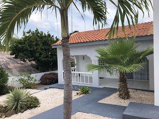 Grote Tropische 6/7 persoons villa met groot prive zwembad in Jan Thiel