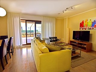 3 bedroom Apartment, sleeps 6 with Pool and Walk to Shops