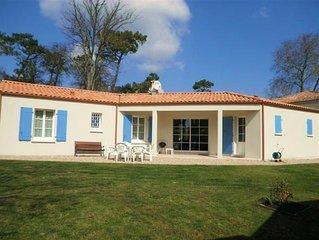 Beautiful bungalow, calm location, short walk to village, beaches & marina WI-FI