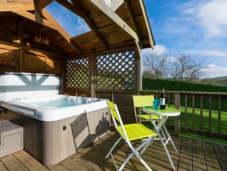 Cosy accommodation with sauna, wood burner and hot tub with views of beautiful M