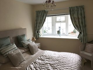 Seaside cottage, central and quiet with parking. Near golf courses. Sleeps 5
