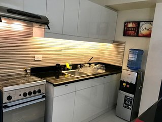 """New Resort Style 2BR in Mandaluyong w/ 55"""" TV 50mbWIFI+FREE NETFLIX Movies!!!"""