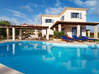 3 bedroom Villa, sleeps 6 with Pool, Air Con and FREE WiFi