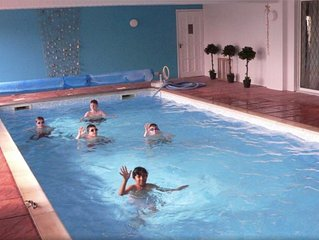 A superb Lodge with own private heated Indoor Swimming Pool close to Stratford