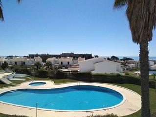 V2 Vivenda Jardins da Oura Gathering, wi-fi, piscina, BBC, praia a 500m.