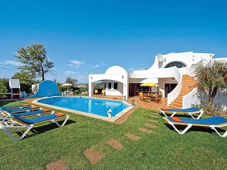 Spacious villa w/ 4 bedrooms, balcony, private pool + games console